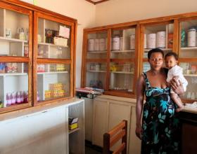 Source - Rui Pires.  Description - Mother and child in pharmacy.